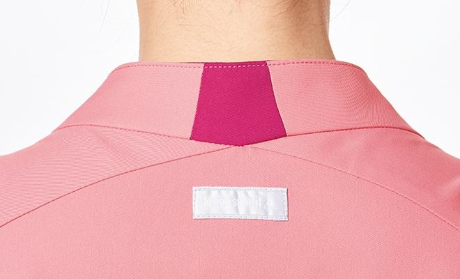 襟の切り替えがバックスタイルのおしゃれなポイント。