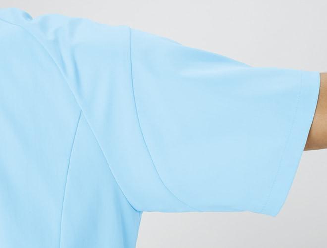 スムーズな腕の上げ下ろしを可能にし、裾が持ち上がらない立体裁断。