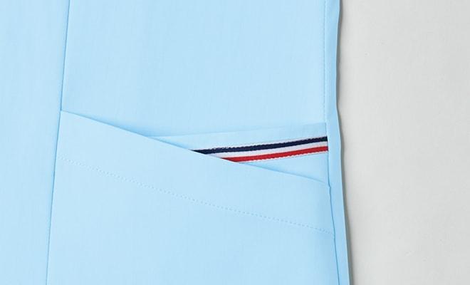 左裾の2重ポケットには、トリコロールテープを配置。