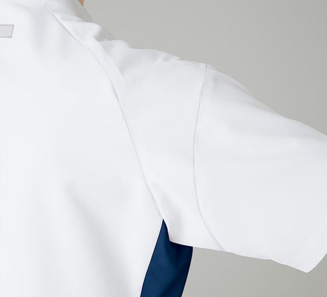 スムーズな腕の上げ下ろしを可能にし、袖が持ち上がらない立体裁断。
