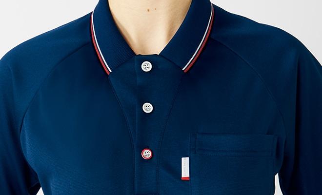 新開発デザインの襟が、お顔まわりをすっきりと見せます。トリコロールカラーのボタンがルコックスポルティフらしいアクセント。
