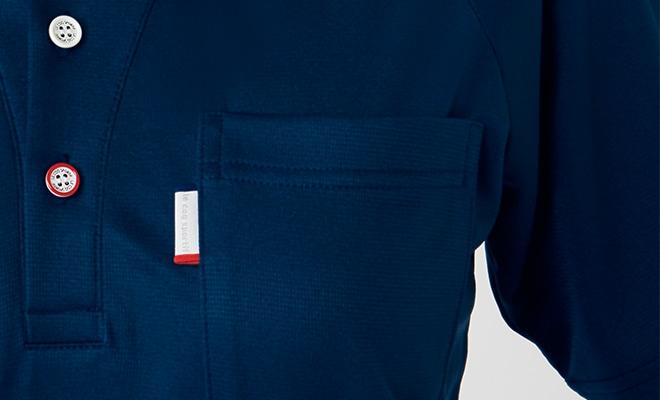 左胸ポケットには、ブランド名入りのピスネームをあしらって、細かなところまでルコックスポルティフスピリッツを漂わせて。