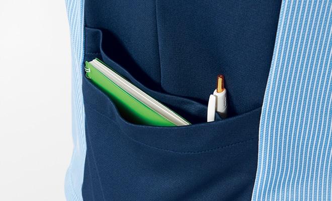 縦型で収納力のあるポケットを両脇に配置。右ポケットは小物を整理しやすいWポケットです。