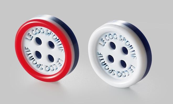 ロゴ入りのかわいいボタンを使用。2つボタンの1つをレッドのカラーで配色し、さりげないアクセントになっています。