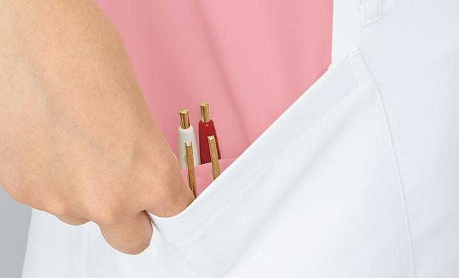 右裾ポケットの内側には筆記具等を整理して収納可能な小ポケット付き。