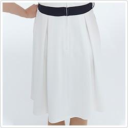スカート部分の背面にはタックが
