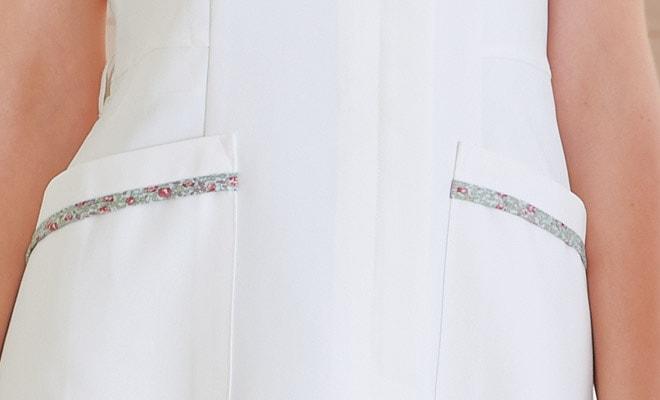 優しいLIBERTYPRINTで衿周り、袖口とポケット口をトリミングしました。