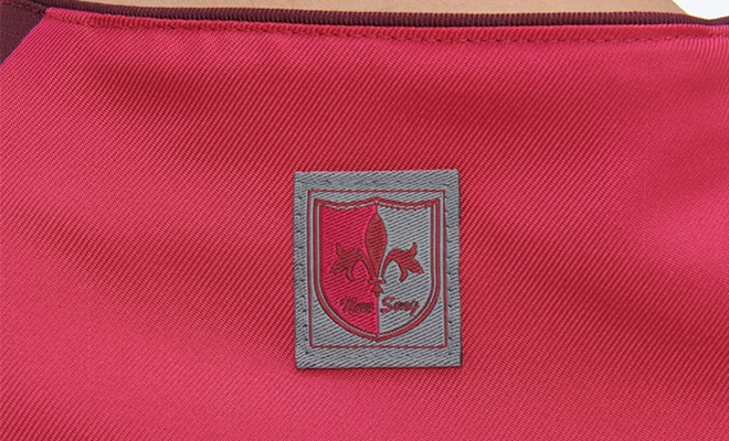 衿後ろにゆりの紋章のブランド織ネームがついています