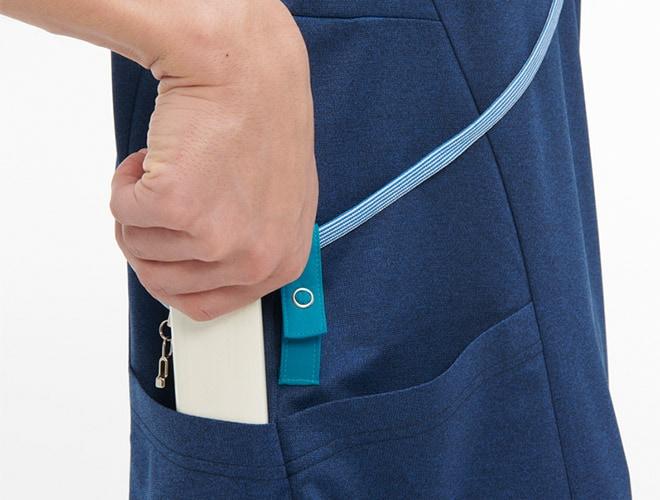 右腰の背面には聴診器もしまえる大きめポケット付き