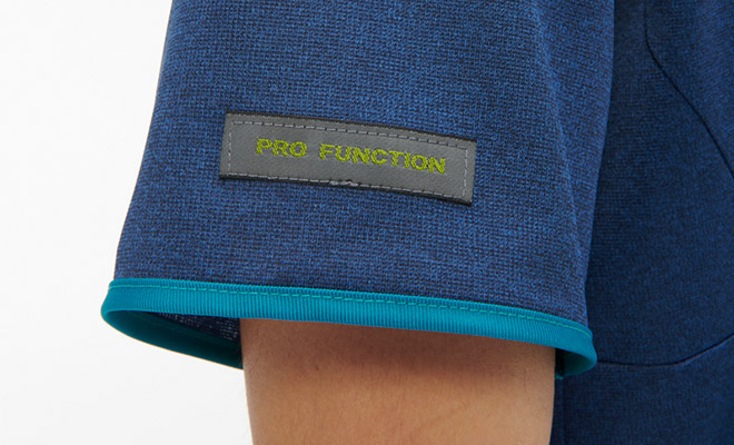 右袖にブランド織ネーム付き