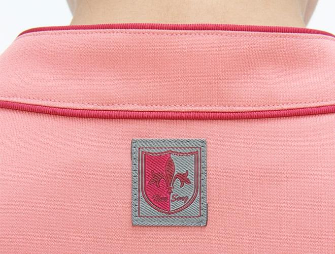 衿の後ろにブランド織ネーム付き