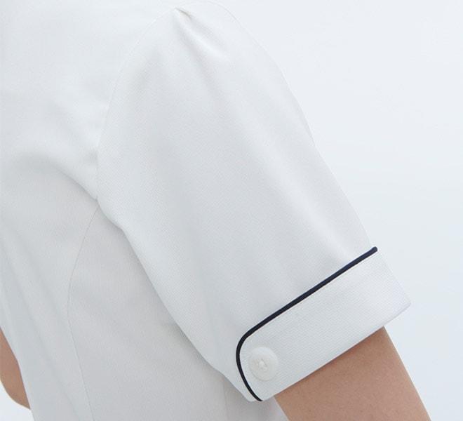 袖にはボタンとパイピングでデザイン性を持たせています