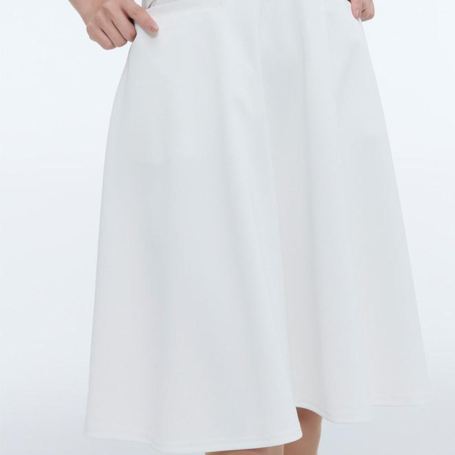 スカート部分はフレアになっており、女性らしいやわらかさを演出してくれます