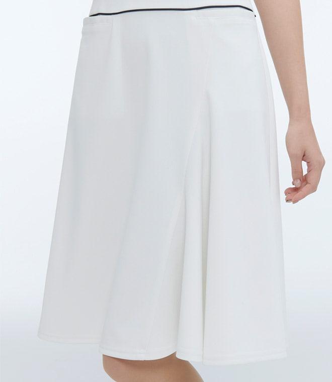 スカート部分に斜めの切り替えが入っており、アシンメトリーなフレアが動きを出してくれます