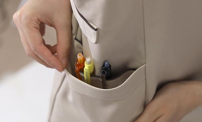 右腰ポケット内にに仕分けポケット付き