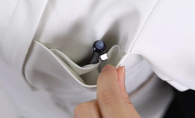 胸ポケット内にペン差しポケット付