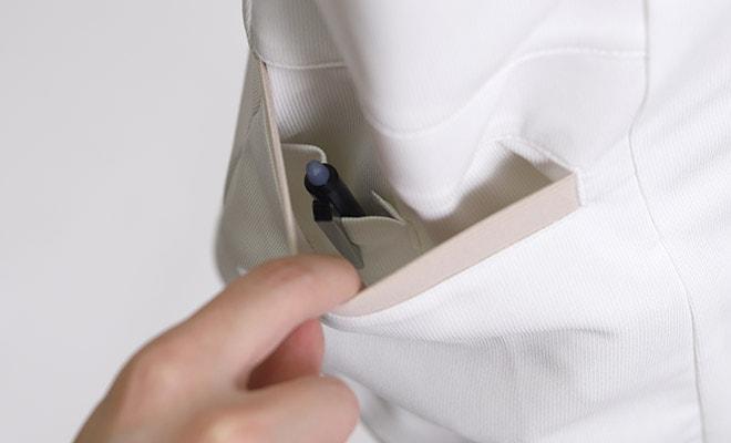 右ポケット内にペン差しポケット付