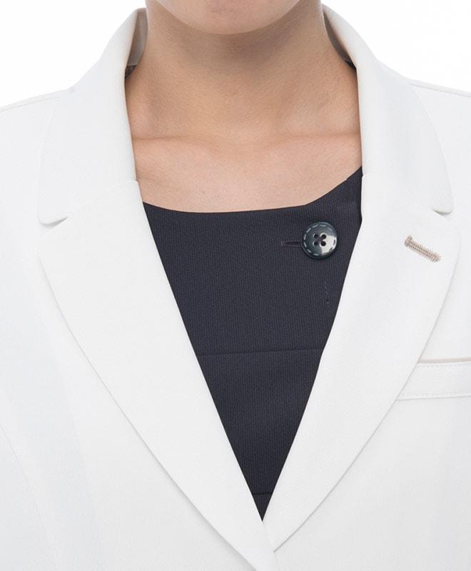 衿・返り線・ポケット等に曲線を多用し、女性らしい上品な優しさを表現しています。
