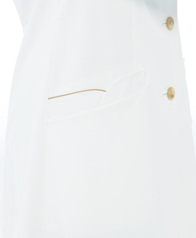 ベージュの配色を施した女性らしい上品なデザインのポケット。