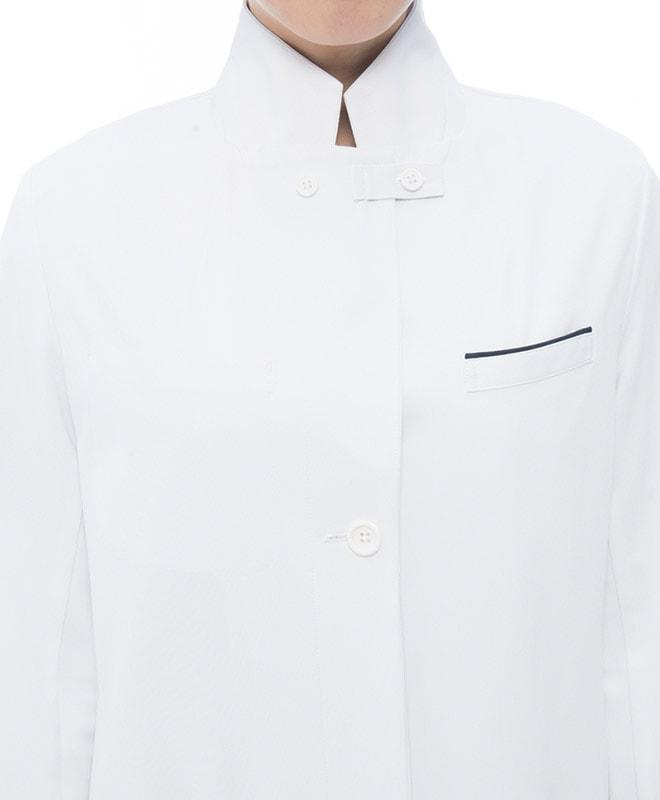 ラペル部分を閉じることでコート内への飛沫等の侵入を防ぎます。