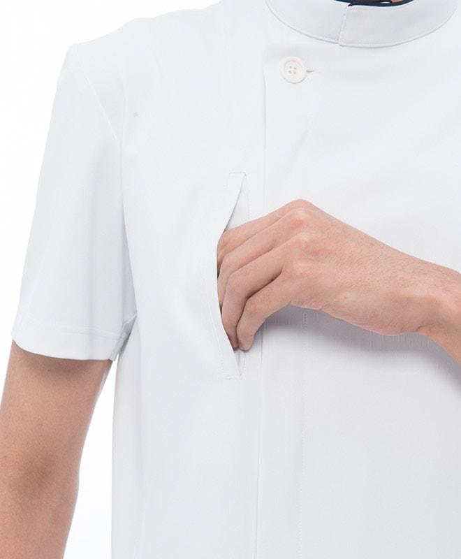 胸ポケット付き。