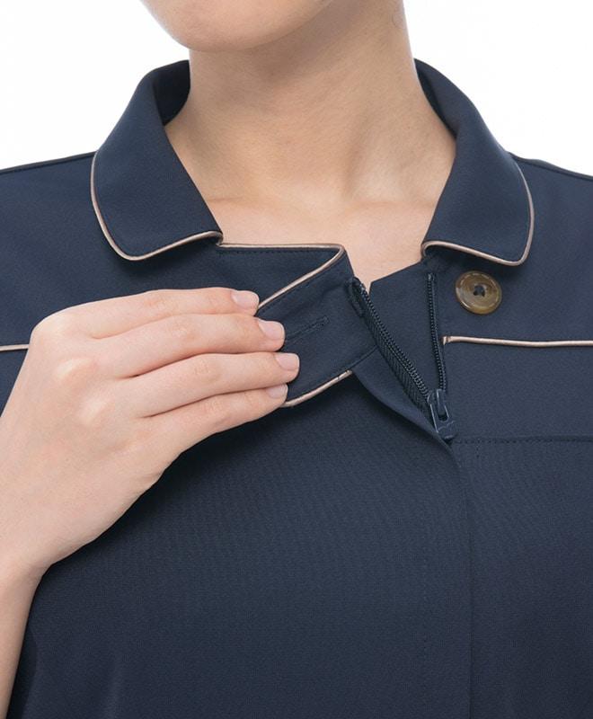 襟元のボタン部分。