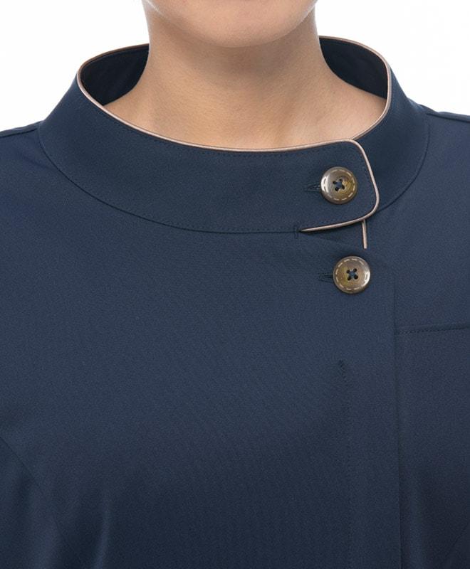 飛沫感染予防にも適した胸元の見えにくい上品な雰囲気のスタンドカラー。