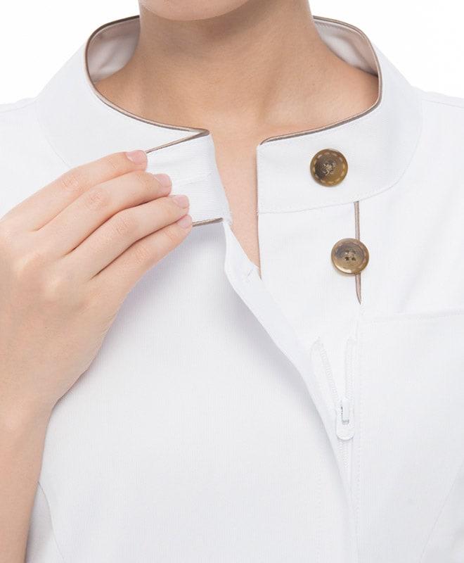 胸元の見えにくいスタンドカラーは、飛沫感染予防にも適しています。