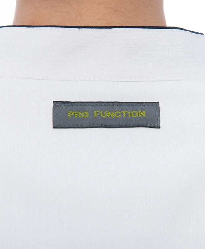 後ろ襟にブランドピスネーム付き。