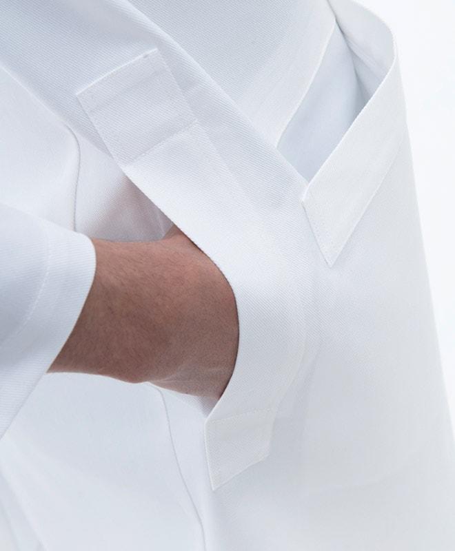 両脇にパンツのポケットに手を入れられるスリットがあります。