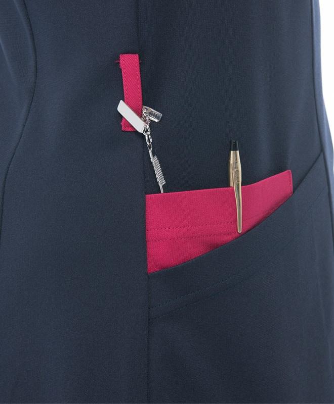 右袖にブランド織ネーム付き。