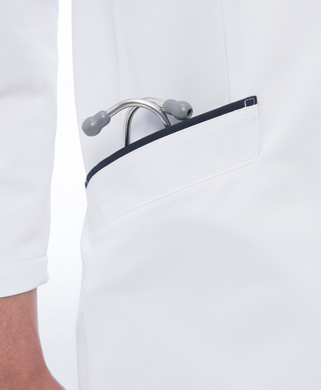 両腰のポケットも聴診器がしっかり収納できます。