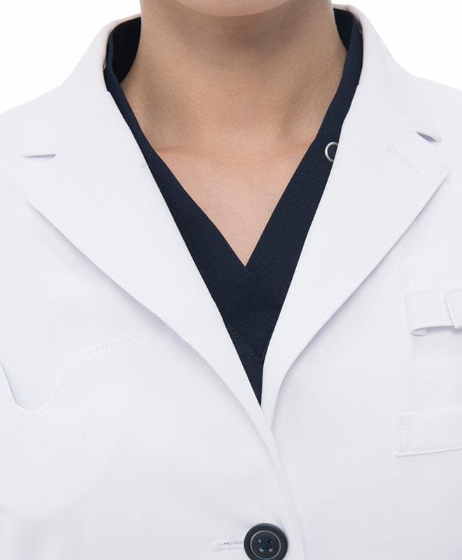 襟、ボタンそしてポケットの配色が全体を引き締め信頼感を与えます。
