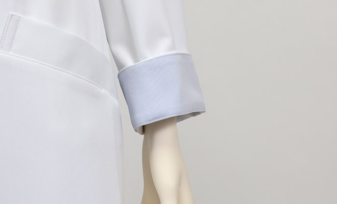 袖裏がストライプなので、袖を折っても美しく着られます。