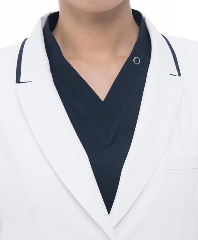 マニッシュな印象のピークドラペルと衿のネイビー配色。