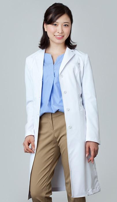 女性ドクターの白衣のコーディネート2