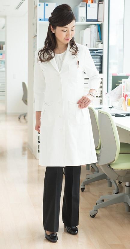 女性向け白衣のコーディネート レディスリボンデザイン/ドクターコート七分袖着用写真