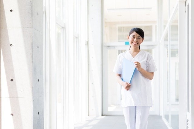 病院でスクラブを着た看護師