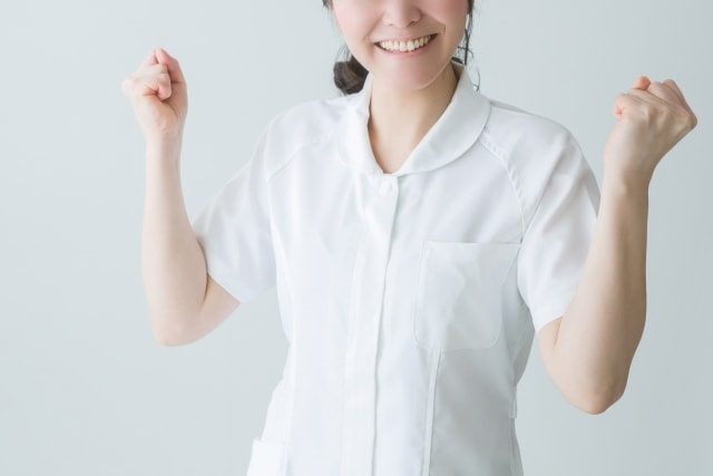 白衣を着用している女性