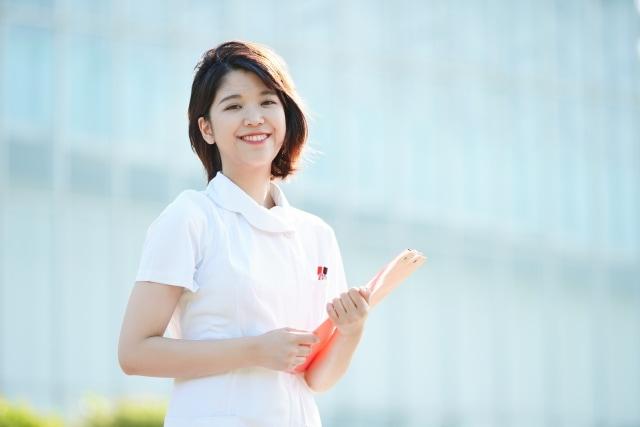白衣を着ている笑顔の女性