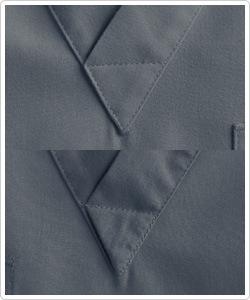 襟元のVネックは形が崩れないように三角形にしっかりと縫製。内側の肌に触れる面も気遣ったきれいな強化縫製となっています。