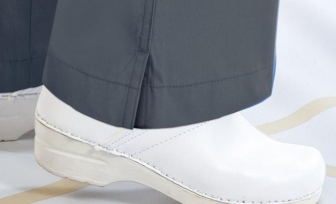 裾のスリットは動きをサポート。