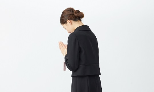 通夜、葬儀などの際に着る装い