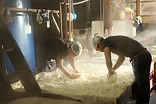 巨大なセイロで蒸した米を、竹のさなに広げて適温になるまで冷ます