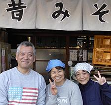 左から7代目・辻田雅寛、妻・美幸さん、義妹・和美さん