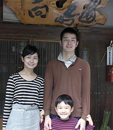 画像:和詞さんのご家族。妻・加奈子さんは、商品のパッケージデザインなどを担当している