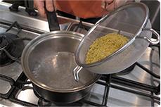 画像:持ち手が付いているので、鍋に入れやすい