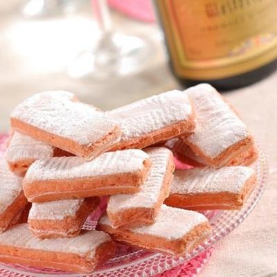 フランス輸入菓子・ビスキュイロゼはワインに浸して食べるお菓子です。フランス雑貨と一緒にギフトの詰め合わせにもできます。