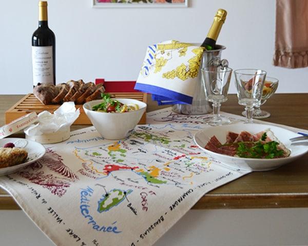 フランス雑貨店がおすすめするティータオル通販。フランスのワイン地図をモチーフにしています。お誕生日祝いや結婚祝いに。飲食店の開業祝に