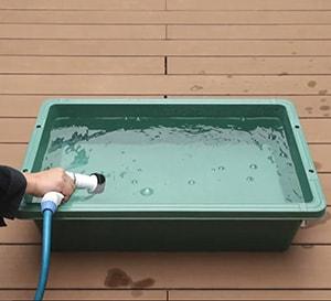 大きめの容器に水を入れる